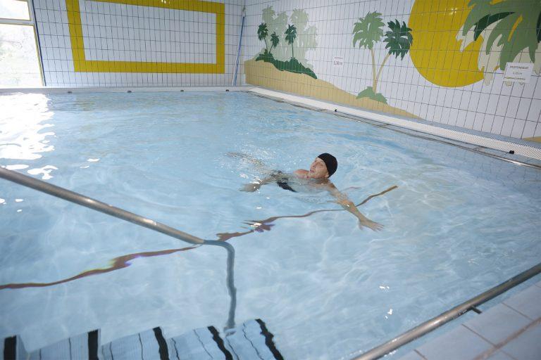 Nage dans la piscine - Thermes Ussat-les-Bains