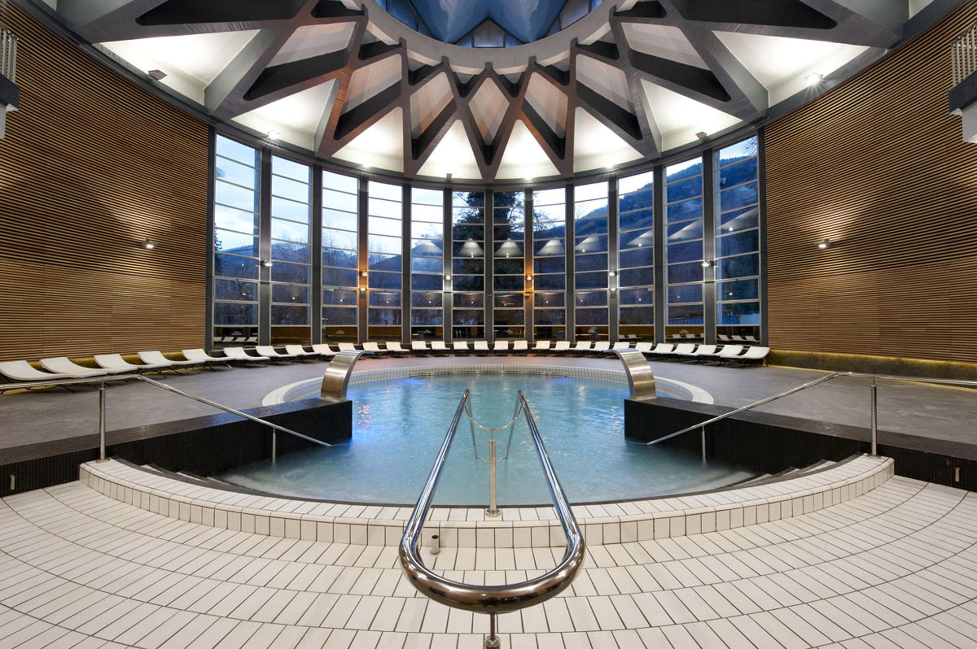 station_thermale_bagnères_de_luchon_piscine_relaxation_vue_sur_les_pyrénées